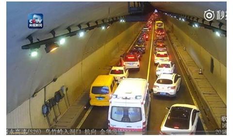 救护车隧道遇堵 车主五分钟让出